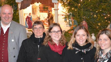 Jürgen Maier (Männergesangvereine), Annerose Sturm (Cantare), Elisabeth Sturm und Theresa Feistle (Krippenspielkinder), Karolina Simnacher (Musikverein) nach dem Konzert in Aislingen.