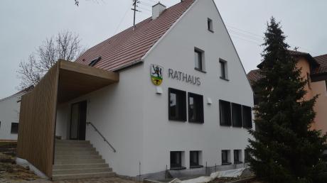 Das Rathaus in Bächingen ist im vergangenen Jahr saniert worden. Die Bauarbeiten sind mittlerweile fast abgeschlossen. Insgesamt hat die Sanierung laut Bürgermeister Roland Grandel rund eine halbe Million Euro gekostet.