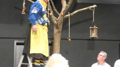Die Zöschinger Heuberghexen (auf dem Foto Zunftmeister Matthias Krass) haben ihren Narrenbaum aufgestellt.
