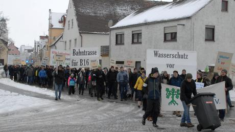Mit Plakaten und Trillerpfeifen taten rund hundert Demonstranten am Samstag ihre Meinung kund: Sie wollen eine Bahntrasse für Höchstädt und keinesfalls die Aufgabe des Wasserschutzgebietes. Die Demo wurde von der Kreisgruppe des Bund Naturschutz organisiert.