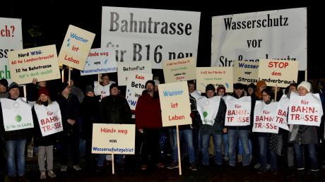 Die Abstimmung am gestrigen Montagabend in Höchstädt wurde begleitet von Demonstration – für und gegen die Aufgabe des Wasserschutzgebietes. Das obere Bild zeigt Vertreter der Bürgerinitative Bahntrasse – nein danke, im unteren Bild sind Mitglieder des Bund Naturschutz und Bürger aus Deisenhofen zu sehen.