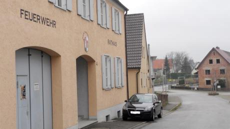 Der Aislinger Gemeinderat hat nach zwei Jahren der Diskussion eine Entscheidung getroffen: Das bestehende Feuerwehrgebäude am Marktplatz soll umgestaltet werden. Es gibt keinen Neubau.