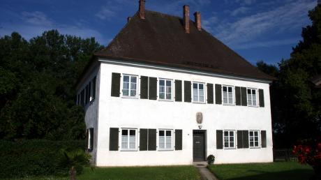 Das Ziertheimer Pfarrhaus wurde 1719 erbaut. Bis zum Jahr 2007 war es im Eigentum des Fürsten von Thurn und Taxis.