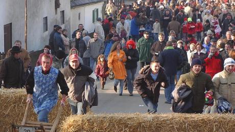 Das Schubkarrenrennen in Eppisburg findet alle zwei Jahre statt. Dabei ist nicht nur das gesamte Dorf auf den Beinen, es kommen jedes Mal auch Tausende von Zuschauern.