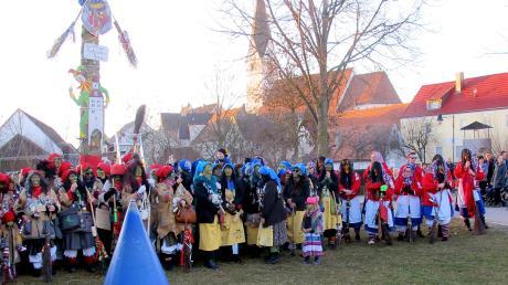 Zahlreiche Hexen aus der ganzen Region kamen zum 1. Gundelfinger Narrenbaum-Loben.