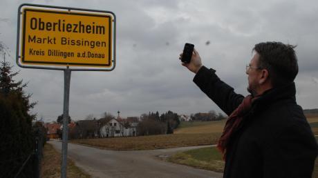 Peter Sporer auf der Suche nach einem Mobilfunknetz in Oberliezheim. Nicht nur dort hat man kaum Empfang.