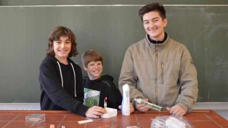 Eine defekte Munddusche wird bei Theo Schweinberger, Leon Kitzinger und Arlind Neziri (von rechts) nicht einfach in den Müll geworfen. Die Schüler vom Albertus-Gymnasium in Lauingen haben die Bauteile für Experimente mit Strom weiterverwendet.