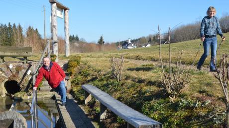 Die Finnenbahn in Ellerbach ist ein circa 600 Meter langer Rundkurs. Darauf kann man walken wie auf dem Bild Sabine Kruse, oder auch joggen. In der Mitte der Bahn ist eine Kneippanlage, die oft und gerne benutzt wird. Reinhard Viehmann freut sich darüber.