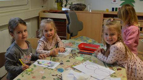 Am Donnerstag war in der Wiesengruppe im Kindergarten Mörslingen Spieletag. Annika, Lena, Laura und Marie (von links) haben fleißig gemalt. Sie fühlen sich in ihrem neuen Kiga-Zuhause, den bunten Containern auf der Wiese, sichtlich wohl. Die Gemeinde Finningen hat die Container gekauft, weil sie den Platz braucht.