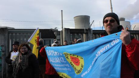 Seit 30 Jahren kämpft die Mahnwache Gundremmingen gegen das Atomkraftwerk, so wie hier bei der Abschaltung von Block B am 31. Dezember 2017.