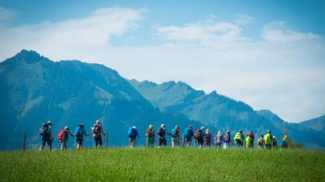 Vor der herrlichen Bergkulisse sind die Wallfahrer hier kurz vor dem Einzug in Flüeli zu sehen. Nach sechs gemeinsamen Tagen sind sie am Ziel. Im Juli machen sich wieder viele gemeinsam auf den Weg.