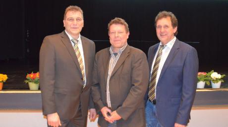 Über die Folgen des Klimawandels für die Landwirtschaft diskutierten der Vorsitzende des Maschinenrings Dillingen, Walter  (rechts), und Geschäftsführer Werner Müller (links) mit dem Diplom-Meteorologen Frank