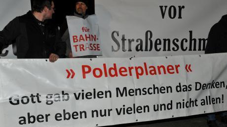 Beim Besuch des Umweltministers Thorsten Glauber (FW) in Gremheim protestierten Polder-Gegner gegen die geplanten Hochwasserbecken im Landkreis.