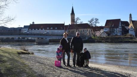 Der Anblick ist traumhaft: die Donau mit der Kulisse der Lauinger Altstadt. Jetzt will Lauingen das Donauufer zwischen der Donaubrücke (Hintergrund) und dem Luitpoldhain aufwerten. Planungsbüros wurden aufgefordert, Gestaltungsideen zu liefern. Die Planungskosten finden sich im städtischen Etat, der jetzt beschlossen wurde. Unser Foto entstand gestern auf der anderen Seite des Ufers. Reinhold und Lydia Hilscher genossen mit ihren Enkeln Klara und Marius und Hund Luke den Spaziergang.