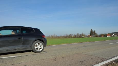 Eine mögliche Route für die Umgehungsstraße bei Eppisburg ist hier zu sehen: Das geplante Modell verläuft nördlich von Eppisburg. Es quert die Baumreihe im Hintergrundund ist knapp 3,3 Kilometer lang.