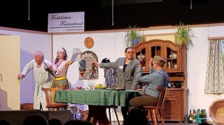 """Die Kulturbühne Bachtal und die Theatergruppe des Musikvereins Zöschingen zeigten mit """"Rabatz em Senioraheim"""" ein kurzweiliges Lustspiel."""