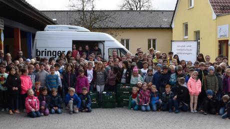 Stolz überreichten die Schüler ihre gesammelten Lebensmittel als Spende. Auch Lehrkräfte, Vertreter der Dillinger Tafel und Rektorin Angelika Riesner freuten sich mit ihnen.