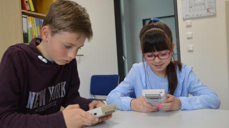 Levin Schaufelberger und Melis Güzel (rechts) besuchen die Bächinger Grundschule. Beide sind neun Jahre alt, beide halten zum ersten Mal einen Gameboy in den Händen.