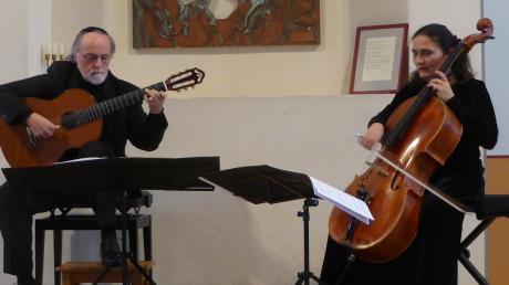 Das außergewöhnliche Duo aus Gitarre und Cello in der Synagoge in Binswangen, links das Multitalent Legnani an der Konzertgitarre, rechts die temperamentvolle Ariana Burstein am Cello.