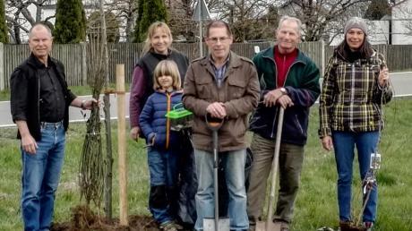 Bei der Pflanzaktion von links: Jürgen Menzel, Carolin Stoll mit Sohn Vincent, Dieter Schleifer, Roland Hitzler und Daniela Zeller.