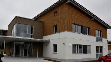 Das Ärztehaus in Holzheim ist bereits von allen vier Mietern bezogen. Das neue Gebäude ist komplett fertig, es fehlt nur noch die Bepflanzung im Außenbereich. Offiziell eingeweiht wird es erst dann, wenn Holzheims Bürgermeister Erhard Friegel wieder im Amt ist. Aktuell befindet er sich im Krankenstand.