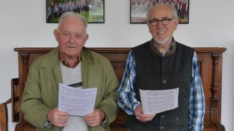 """Der Eppisburger Männerchor """"Sängerlust"""" feiert sein 100-jähriges Bestehen. Robert Munz (rechts) und Johann Mayr proben schon seit knapp 60 Jahren jeden Freitag in der alten Schule in Eppisburg."""