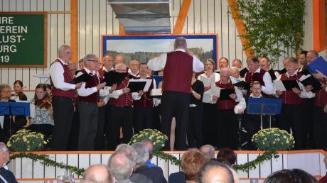 100 Jahre Männergesangverein Eppisburg: Der Gemeinschaftschor mit Instrumentalisten unter Gesamtleitung von Dirigent Jürgen Maier setzte den Schlusspunkt unter das Jubiläumskonzert.