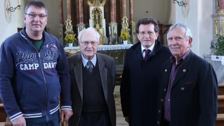 Beim Ortstermin: (von links) Kirchenpfleger Richard Sing, Monsignore Josef Philipp, Stimmkreisabgeordneter Georg Winter und Ernst Linder.