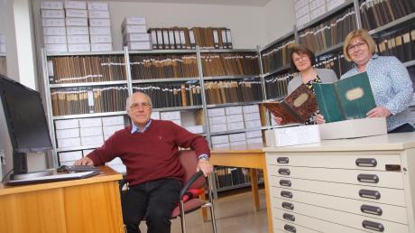 Sie haben das Ziertheimer Archiv aufgebaut. Von links: Eugen Zacher, Doris Baumann und Antonie Schiefnetter.