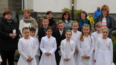 Im Vordergrund die Kommunionkinder, die an der Maiandacht des katholischen Frauenbundes Blindheim teilnahmen. Im Hintergrund das Organisationsteam der Veranstaltung.