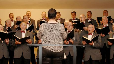 Die Chorgemeinschaft Kicklingen-Fristingen unter der Leitung von Julia Rabel beim Frühlingskonzert in der Beletage des Restaurants Storchennest.