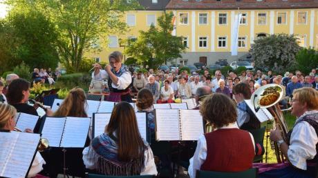 Dirigentin der Stammkapelle Bianca Hergöth und ihre Musiker auf der ersten Etappe ihrer Reise. Das Konzert lockte rund 250 Zuhörer in den Hof des Klosters Maria Medingen.