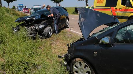 Ein schwerer Verkehrsunfall ist am Freitagnachmittag auf der B16 bei Lauingen passiert. Der 40-jährige Unfallverursacher und eine 46-jährige Frau im entgegenkommenden Auto erlitten dabei mittelschwere Verletzungen.