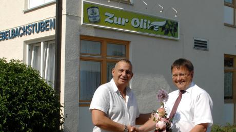 Bürgermeister Jürgen Frank (rechts) überbrachte Ioannis Pantelous offiziell die Grüße der Gemeinde und wünschte gutes Gelingen.