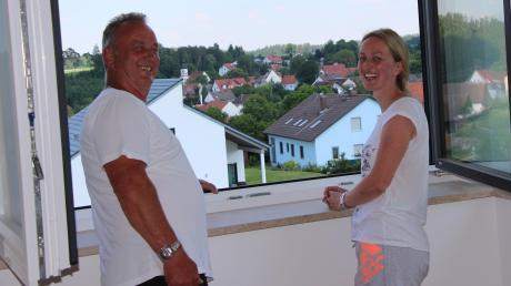 Karl Bühler schaut mit seiner Tochter Carolin Angerer aus dem Fenster von deren neu errichtetem Haus. Die 34-Jährige ist zurück nach Osterbuch gezogen. Sie braucht nicht lange zu ihrer Arbeitsstelle und liebt das Leben auf dem Land, sagt sie.