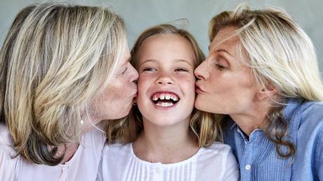 Kind, Mutter, Oma: Es gehört zu den menschlichen Urbedürfnissen, seine Gene zu vererben. Wer keinen eigenen Nachwuchs bekommen kann, kann sich an das Netzwerk Embryonenspende in Höchstädt wenden, die Genmaterial an Wunscheltern vermitteln.