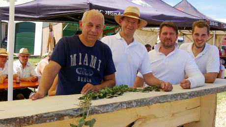 Sie wirkten neben den vielen Helfern als Organisatoren des Dorffestes von Oberliezheim. Im Bild von links: Leonhard Veh, Gerd Broersen, Peter Sporer und Robert Veh. Hinten links sitzend: Albert Sporer.