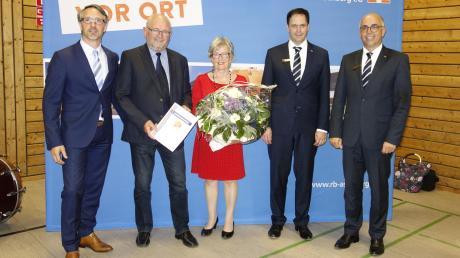 Herbert Mader schied nach 14 Jahren aus dem Aufsichtsrat der Raiffeisenbank Aschberg aus: (von links) Thomas Geißler, Herbert und Renate Mader, Matthias Vogel und Josef Negele.