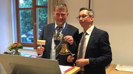 Klaus Eickelpasch (links) übernimmt das Amt als Präsident des Dillinger Lions-Clubs von seinem Vorgänger Gerhard Kitzinger.
