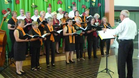 Die Chorgemeinschaft Wittislingen mit ihrem Dirigenten Winfried Häußler gab ein hervorragend aufgenommenes Konzert in der Aula der Volksschule.