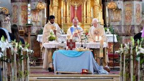 Am Dienstag feierte die Pfarrgemeinde Wittislingen das 30. Priesterjubiläum ihres Pfarrers Alois Lehmer (Mitte) mit einem Dankgottesdienst.
