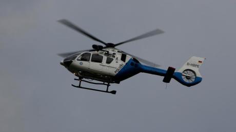 Die Suche nach Einbrechern in Wertingen wurde in der Nacht auf Montag auch mit einem Polizeihubschrauber durchgeführt.