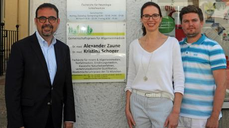 Bayerns Bürgerbeauftragter Klaus Holetschek (links) informierte sich in Dillingen bei Dr. Kristina Schoger und Weiterbildungsassistent Roman Ruef über den Stand der hausarztzentrierten Versorgung.