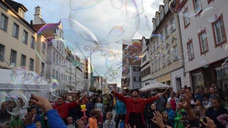 Magische Momente in der Königstraße: Otto Dacapo (links) und sein Kompagnon verzauberten Kinder und Eltern beim Straßenkünstlerfest.