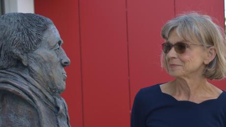 Barbara Pfeuffer, früher Kunsterzieherin am Sailer-Gymnasium, hat eine Büste von Johann Michael Sailer geschaffen.