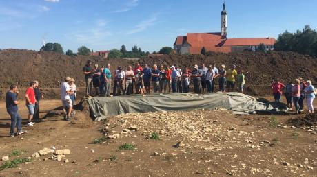 """Im geplanten Baugebiet """"Turmäcker"""" in Medlingen laufen derzeit archäologische Bodenuntersuchungen. Kürzlich fanden zwei Informationsveranstaltungen statt, bei denen Bürger mehr über die Ausgrabungen und die Ortsgeschichte erfuhren."""