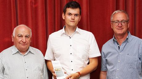 Im Bild (von rechts): Vereinsvorsitzender Dieter Schinhammer, Johannes Moosdiele-Hitzler und stellvertretender Vorsitzender Arnold Schromm.