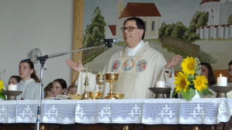 Rund 90 Ministranten aus den fünf Pfarreien der Pfarreiengemeinschaft umgaben Pfarrer Dieter Zitzler bei seinem großen Abschieds- und Dankgottesdienst in der voll besetzten Gemeindehalle von Blindheim.