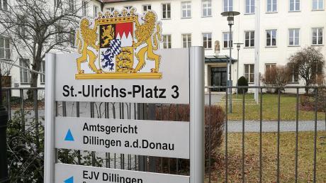 Ein Straßenbauer und ein Autofahrer gerieten auf der Kreisstraße aneinander. Nun wurde der Fall vor Gericht verhandelt.