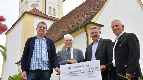 Im Bild (von links) Kirchenpfleger Richard Sing, Pfarrer Josef Philipp, Hermann Stark in Vertretung für seinen Bruder und der ehemalige Kirchenpfleger Ernst Linder.